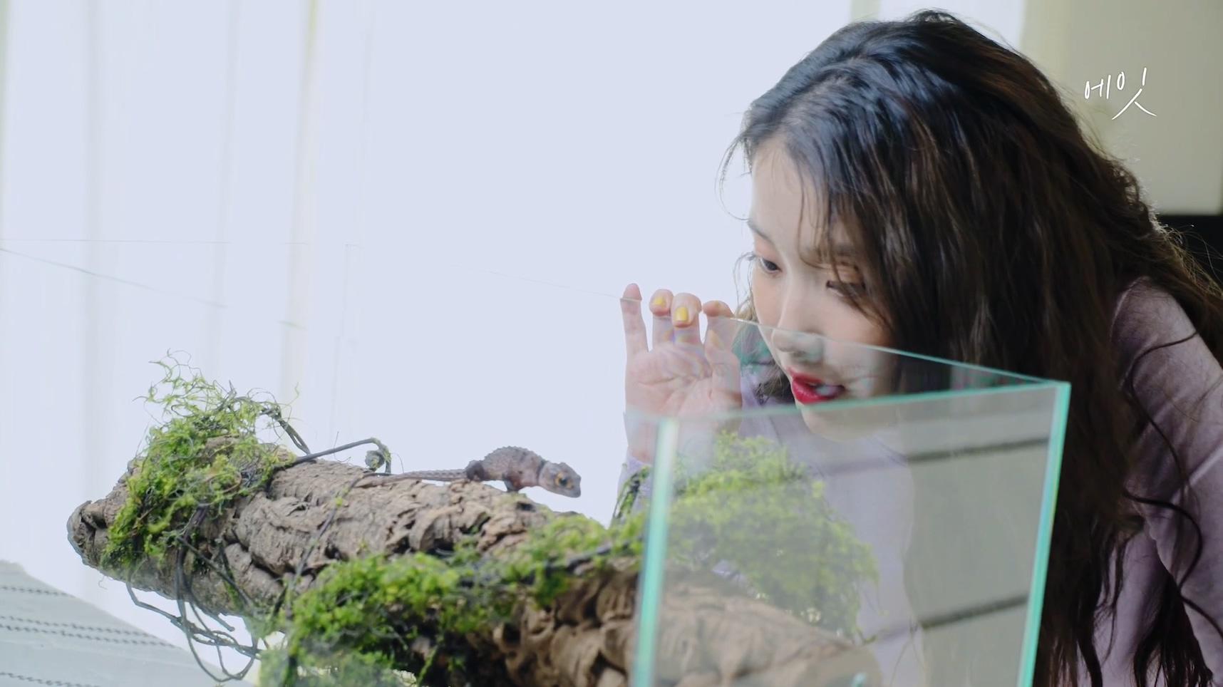 아이유(IU)  [BEHIND] '에잇(Prod.&Feat. SUGA of BTS)' M V Behind Film.mp4_20200507_171730.413.jpg