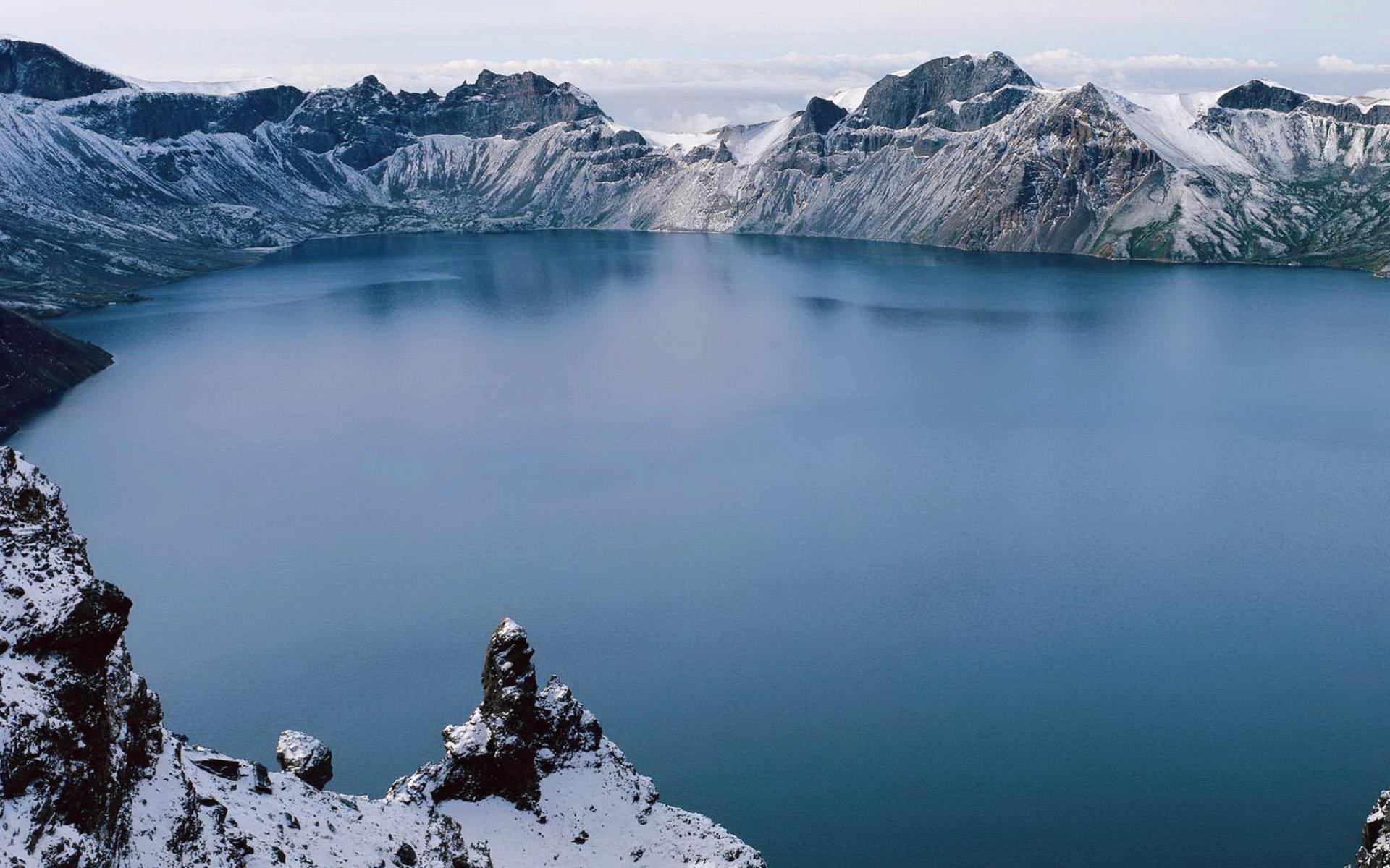a-lake-among-the-white-mountains_1920x1200.jpg