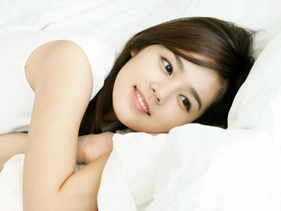 ベッドに寝そべるハン・ガイン
